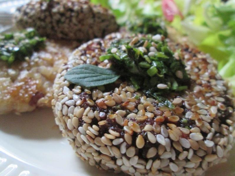 Hamburguesas de aduki con arroz crocante y chimichurri
