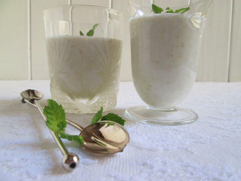 Smoothie de uvas con leche de coco, miel y especias. Para sentarse afuera!