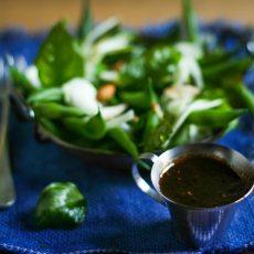Chaucha tierna + hinojo en láminas + albahaca frita + almendras partidas + gastrique de limón y tomate fresco