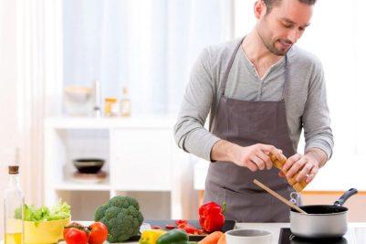 Resultado de imagen para hombre cocinando