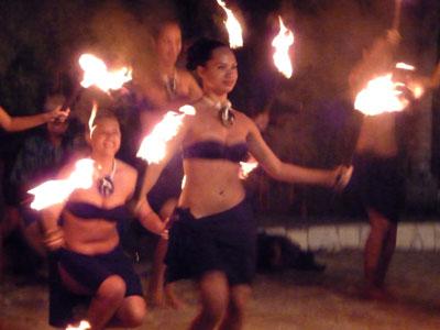 Danse du feu par la troupe Te Maeva