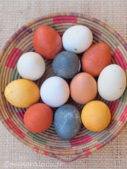 Ici des œufs blancs teints avec des colorants végétaux