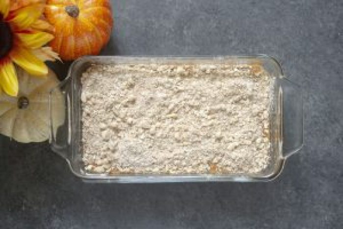 Easy pumpkin bread with streusel topping, pumpkin bread, pumpkin bread with cinnamon topping, canned pumpkin, fall dessert, easy pumpkin bread