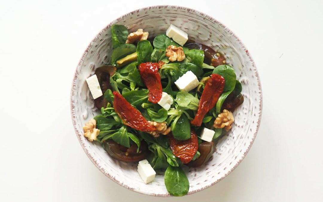 Ensalada con tomate seco, nueces y feta
