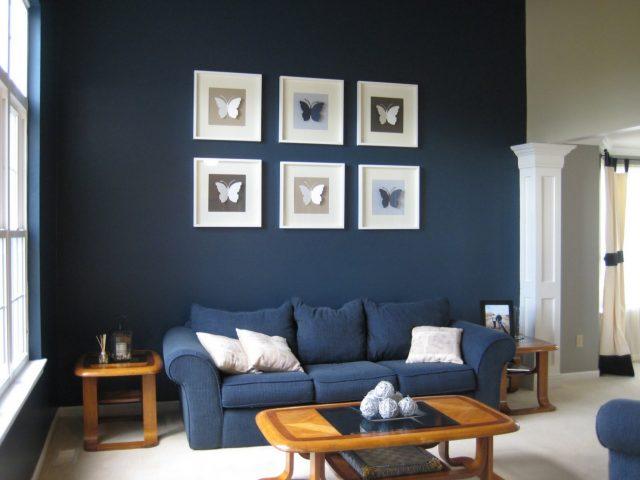 decoration salon bleu marine canape et mur