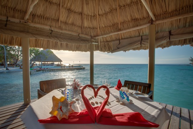 Romantic Candlelight Dinner in All Inclusive Honeymoon Package
