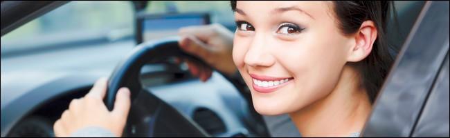 Une jeune femme au volant