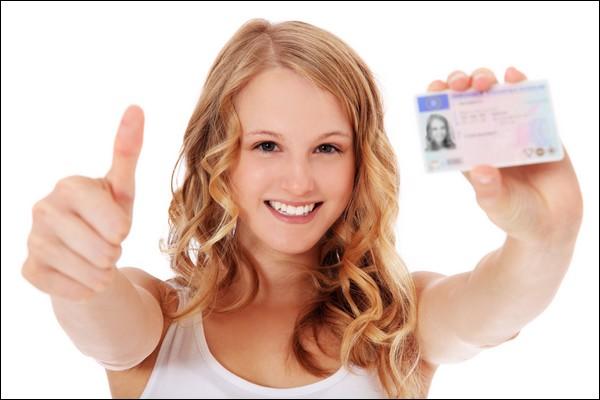 Jeune femme avec un nouveau permis de conduire