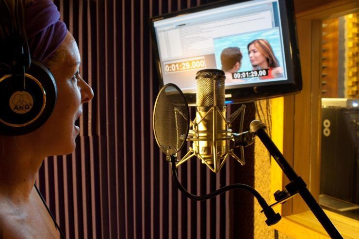 Gravação em estúdio de dublagem.