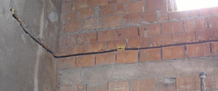 Tracce nei muri e nelle pareti per messa in opera dei