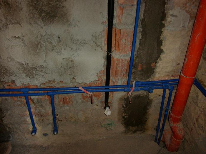 Impianto idrico nel bagno wc acqua calda e fredda dei