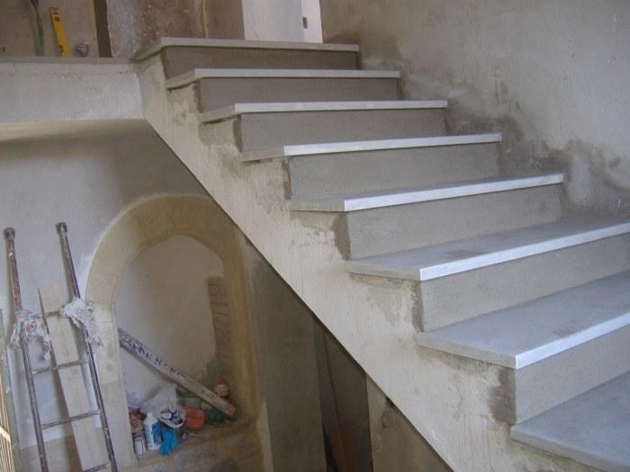 Rivestimento con gradini in pietra serena Rifinitura