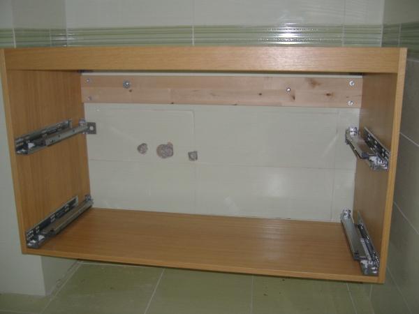 Installazione guidata di un lavabo in un bagno WC