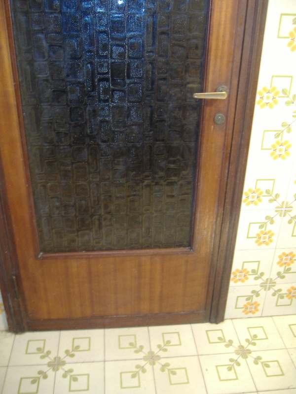 Una nuova impiallacciatura per la porta graffiata dal nostro cane
