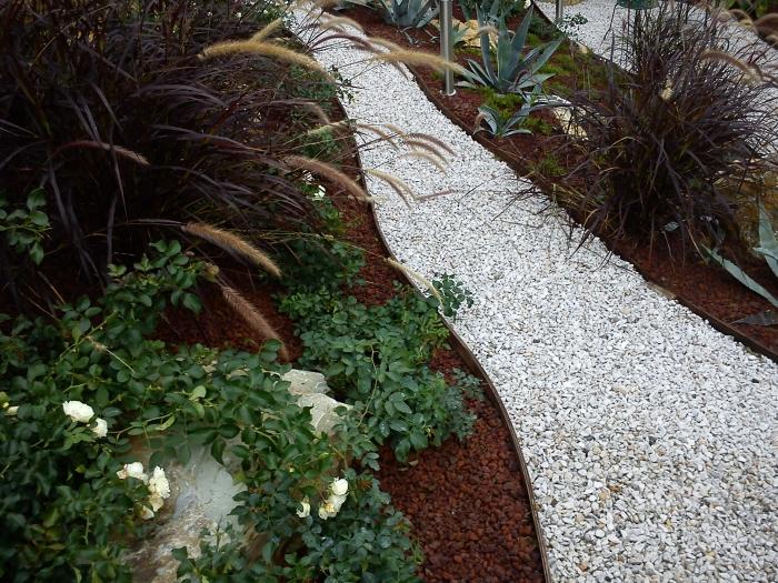 Come ricavare un bel giardino da un modesto terreno in pendenza