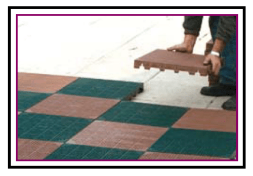 Una mattonella plastica carrabile per pavimentazioni drenanti