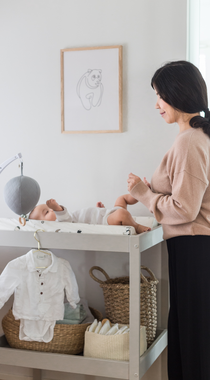 vauvanhoitopiste, vauvan huoneen sisustus, vauvan sänky ja lakanat, vauvan vaatteiden säilytys
