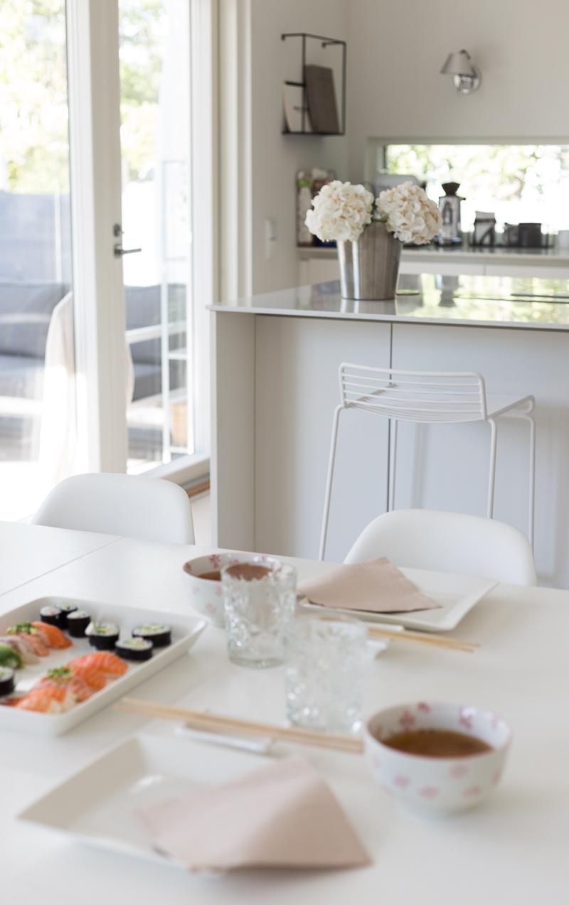 Kuistin kautta koti, olohuone, Le Grand Air sohva nojatuoli, moderni koti, vaalea keittiö