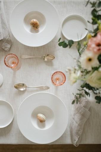 Keväinen kattaus   Vintage laseja ja marmorimunia