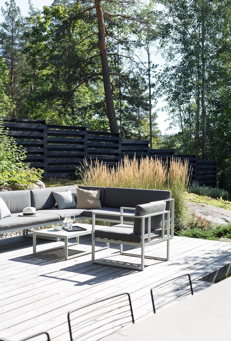 terassi siperianlehtikuusi, koristekastikka, koristeheinät puutarhassa, kallio puutarhassa, coffee table diary terassi