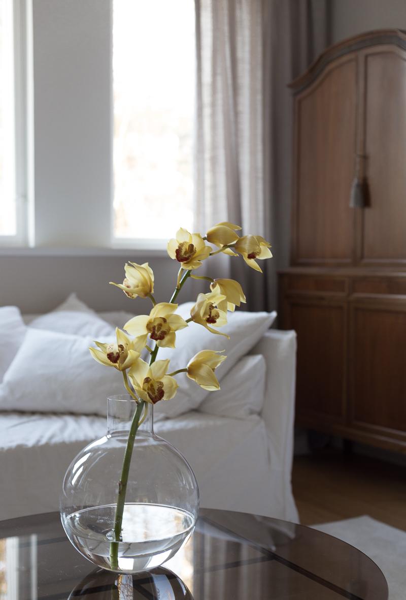 Skruf Pallo vas, orkidea maljakossa, Coffee Table Diary olohuone