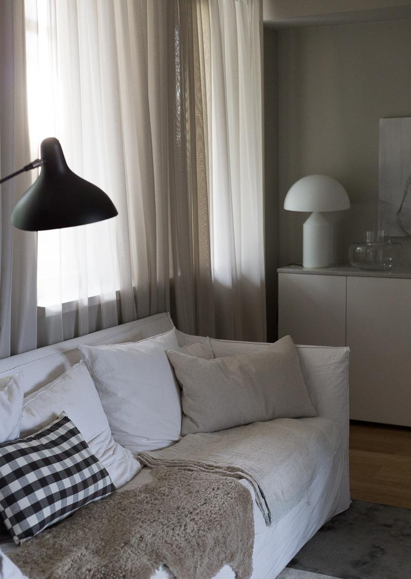 Ruudullinen tyyny, gingham ruutu, ruutukuosi modernissa sisustuksessa, tyyny keittiöpyyhkeestä