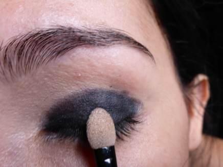 Tutorial Naked 2: Olho preto com esfumado vinho - Sombra Blackout - Aplicação