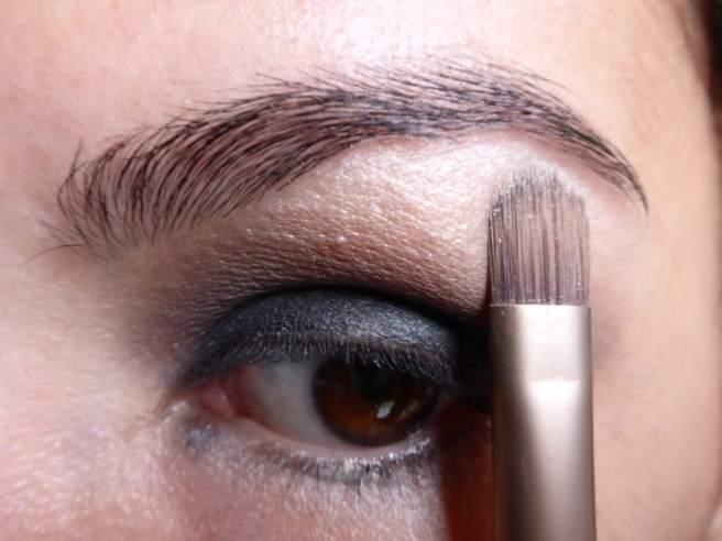 Tutorial Naked 2: Olho preto com esfumado vinho - Sombra Bootycall - aplicação
