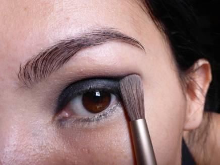 Tutorial Naked 2: Olho preto com esfumado vinho - Sombra Tease - aplicação
