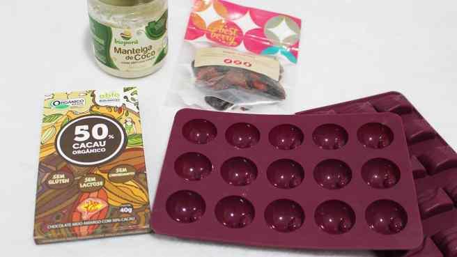 Bombom saudável de manteiga de coco com berries