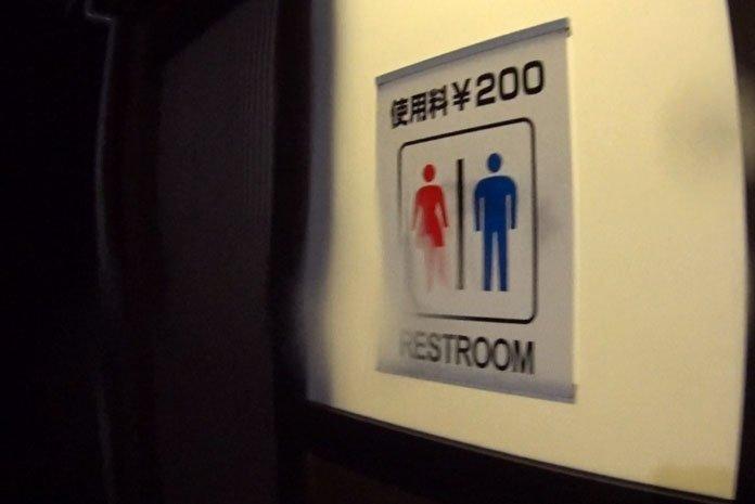 Alguns banheiros são misturados e sem divisórias nos mictórios (foto: Márcio Ikuno)
