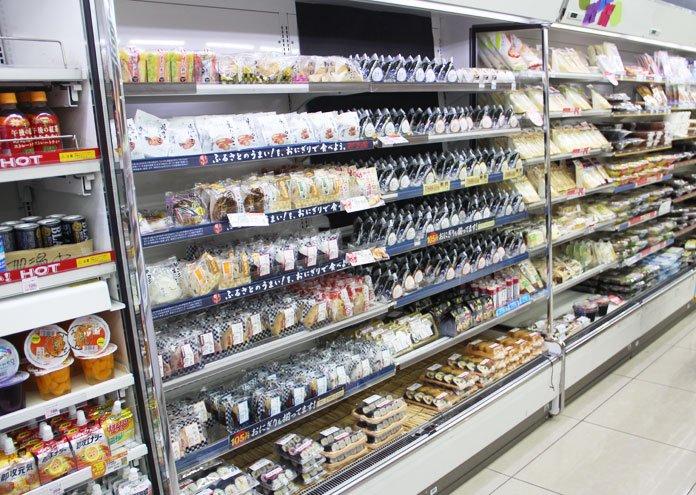 Prateleira repleta de onigiris e outras guloseimas nipônicas