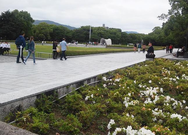 Parte do caminho entre o Memorial e o Museu da bomba atômica (Fonte: arquivo pessoal). Fachada do Museu da bomba atômica (Fonte: arquivo pessoal)