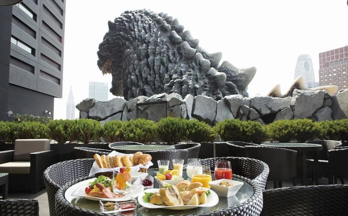 No deck do hotel é possível tomar o café da manhã, ou observar kabukicho à noite, bem acompanhado pelo Godzilla.