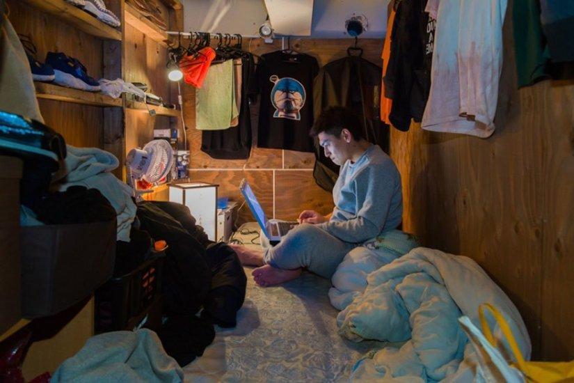 homem em seu quarto