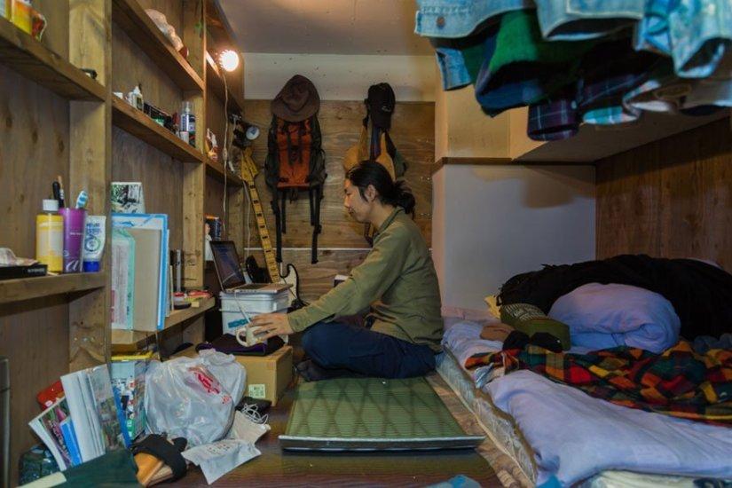 homem sentado em seu quarto