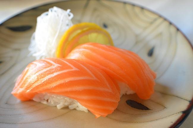 nigirizushi de salmão