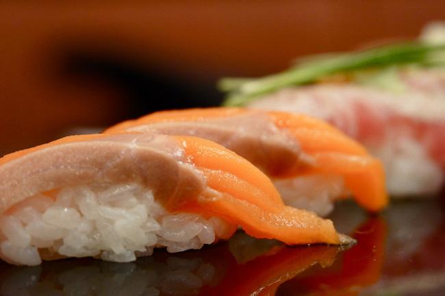 Salmon harasu nigiri