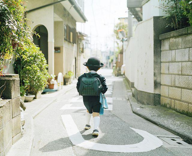 criança japonesa indo para a escola