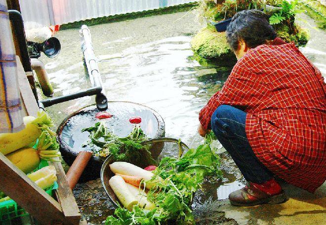 Mulher usando água em Harie