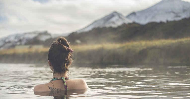 pessoa com tatuagem em onsen