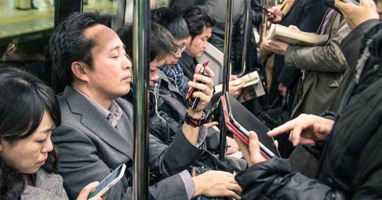 pessoas no metrô do Japão