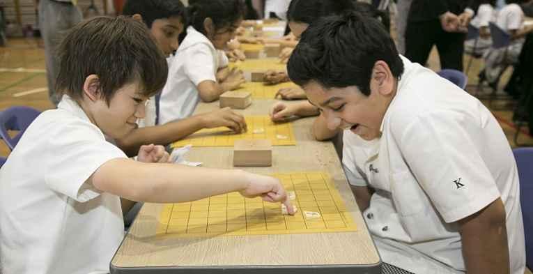 crianças jogando shogi