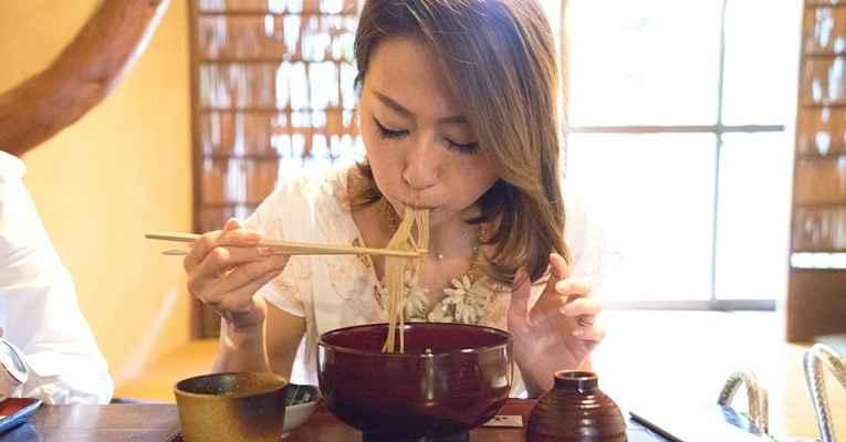Comer ramen no Japão