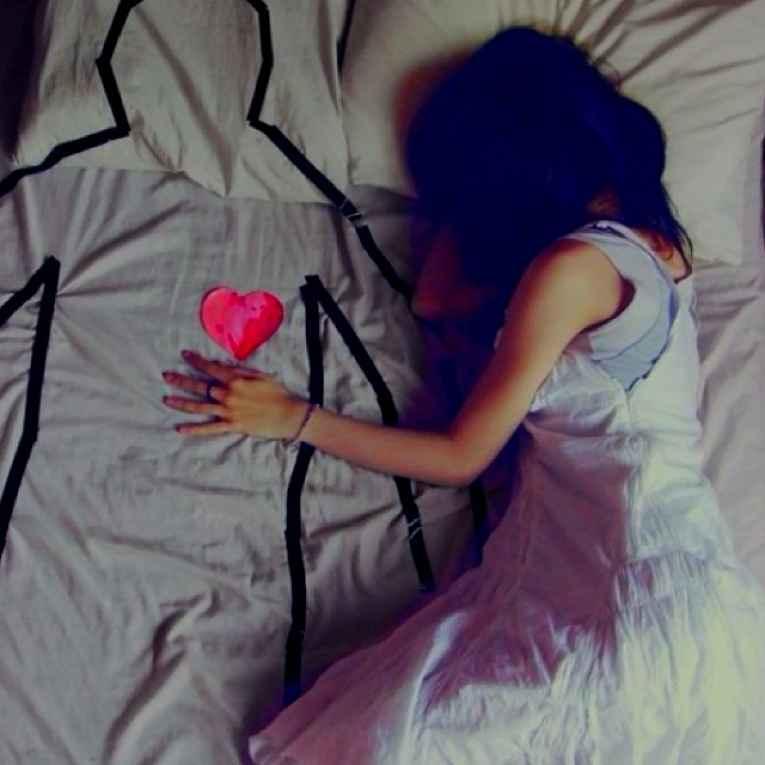 Pessoa dormindo sozinha