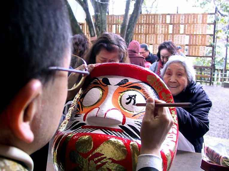 Daruma sendo pintado no templo Jindaiji