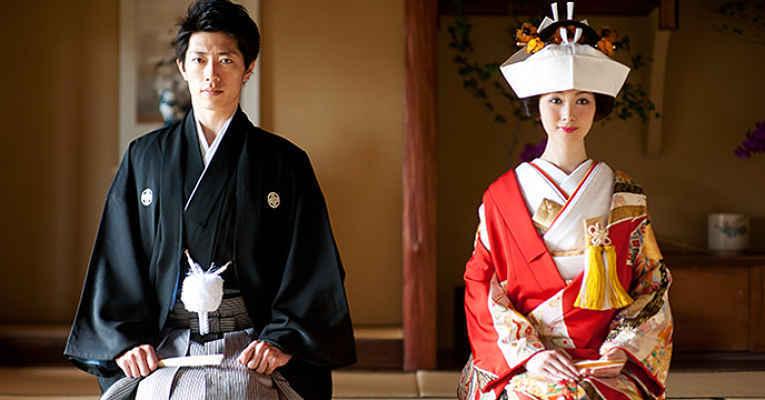 Noivos com roupas tradicionais