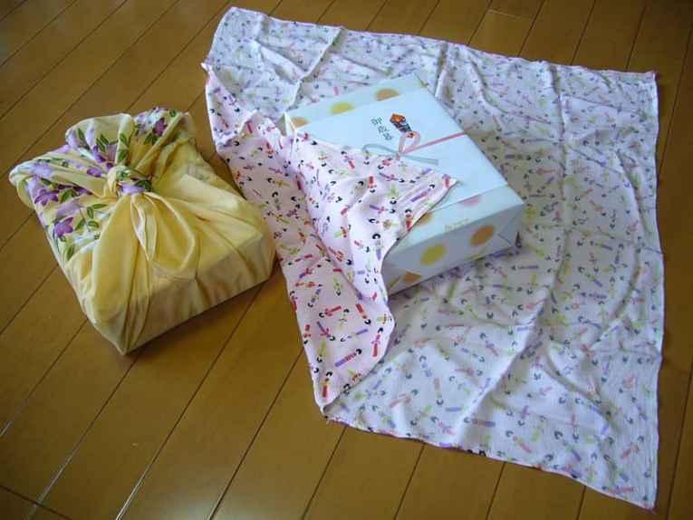 Presente enrolado em furoshiki