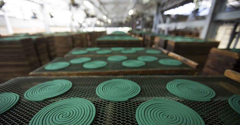 Repelente em espiral na fábrica