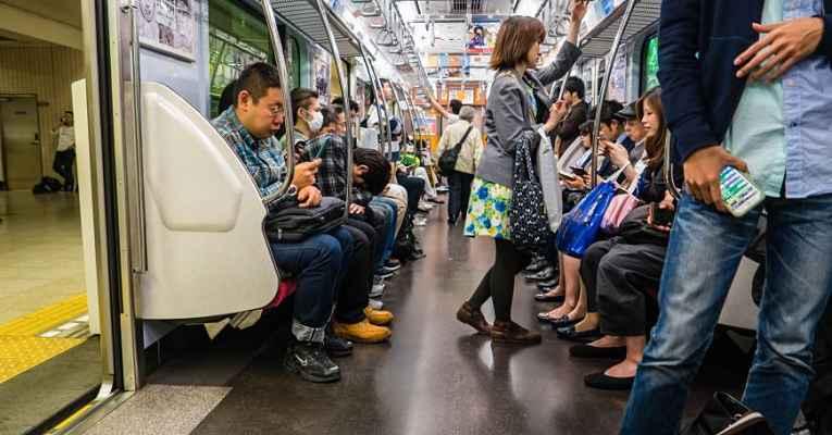 interior do vagão do metrô